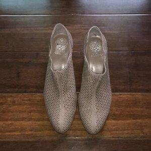 [ Vince Camuto ] - Derindia Laser-Cut Ankle Bootie